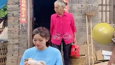 奶奶天天不让吃肉,买只烤鸡还藏起来,可一山更比一山高!