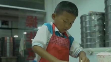 七岁小孩每天7点到店帮忙,爸爸负责揉面,他负责擀面皮,动作飞快,半天时间500张包子皮轻松搞定!