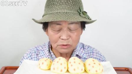 韩国老太太吃草莓面包, 好奇她的眼睛有睁开过吗?