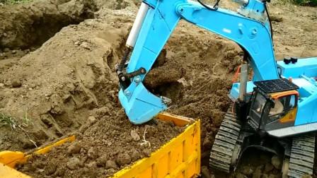 汽车玩具视频 挖掘机和卡车合作装沙土
