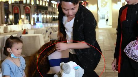 魔术表演:用普通桌子把桌布掀起瞬间变出布娃娃?太不可思议