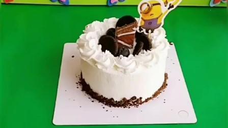 乔治的生日到了,猪爸爸给乔治买蛋糕,乔治要把佩奇照片放上去
