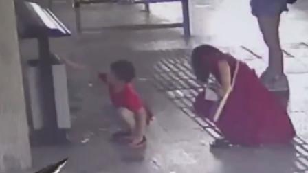 垃圾桶旁碎纸散落一地,小男孩的做法值得点赞