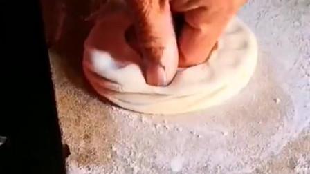 你们都吃过炉馍吗?看大爷的制作方法,令人大开眼界!
