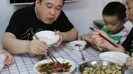 一块五花肉,配洋葱辣椒简单一炒,老婆大口吃米饭肉片,真过瘾