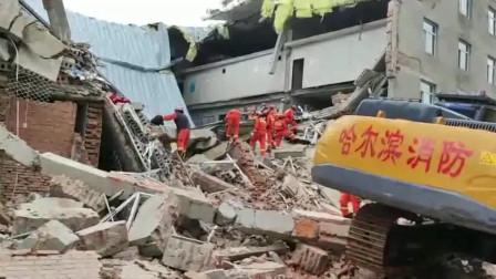 挖掘机正在破拆楼体!实拍:哈尔滨一仓库坍塌 至少7人被困 入目一地狼藉