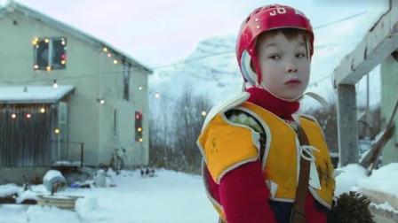 《圣诞传说》熊孩子正在尿尿,突然发现不对劲,爸爸连忙出来查看,诱饵不见了!
