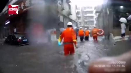 8月4日,河南新乡。新乡普降暴雨,城区发生严重内涝。一男子因担心地下室货物被淹,独自前去查看。雨水不停的向地下室涌入,导致房门无法打开,水位已到男子下颚...