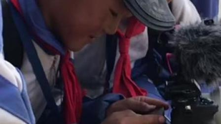 太可爱了!在海拔4200米,玉树曲麻莱县的孩子们围着我们的记者,玩起了相机...看,孩子的眼里有光❤