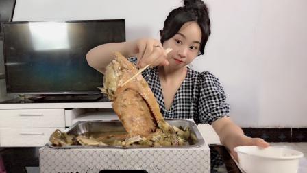 """妹子试吃""""自热酸菜烤鱼"""",就像吃火锅一样,看起来好高端!"""