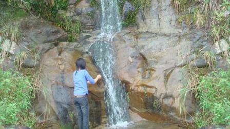 广西大老板回农村,没想到瀑布边遇到美女,忍不住拿出相机拍照?