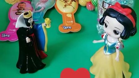 王后要给公主们发奶酪棒,王后还给白雪买了很多糖果,王后对白雪真好!
