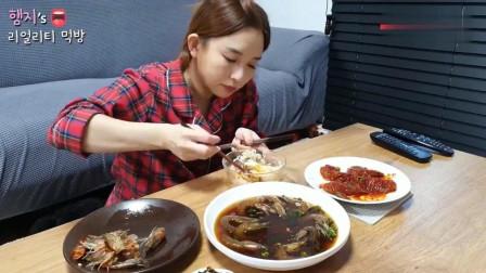 韩国吃播! 美女做了酱油虾和调味虾, 再煎几个鸡蛋, 吃得满嘴是油啊! (下)