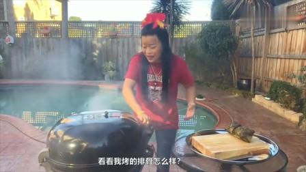 泰国大姐今天在院子里烤排骨, 肉的颜色太诱人了!