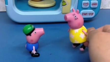 小猪乔治想吃烤鸡蛋,乔治把鸡蛋放在了微波炉里,猪妈妈告诉乔治这样很危险!