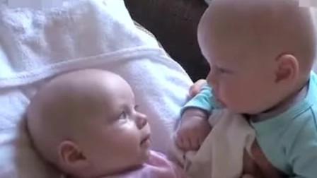 一岁哥哥哄新生儿妹妹开心,一举一动非常温柔,画面太暖心了