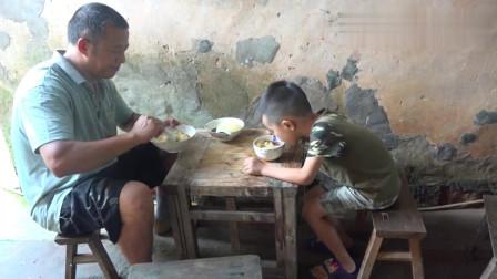 农村王四:天热刘老九掰包谷回家,吃上媳妇儿自制的凉糕,清爽可口软糯香甜