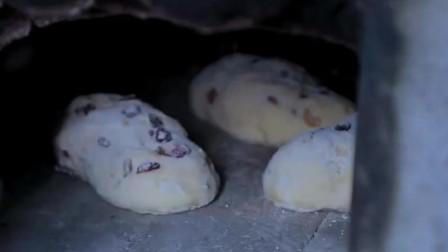 农村人烤面包,工具竟这么简陋,她是怎么坚持下来的?