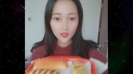 妹子吃毛毛虫面包,咬开里面是果酱,吃的真满足