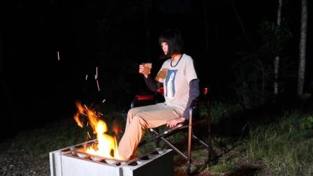 日本妹子独自一人徒步荒野,钓鱼生篝火过夜,这胆子也是够大的了