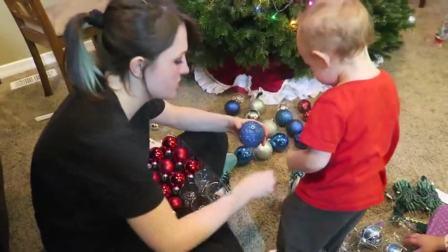 国外儿童时尚,宝宝们一起装扮圣诞树,来看看最后圣诞树的样子吧