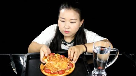 """美女吃货自制美食""""家庭版至尊披萨""""真的好吃吗..."""