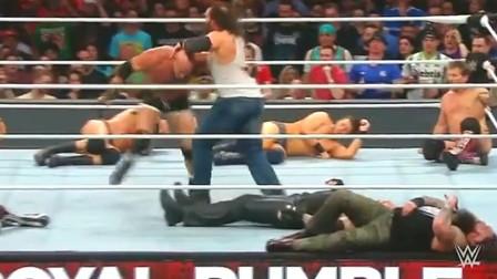WWE:送葬者玩阴的,背后偷袭高柏,气的高柏砸擂台