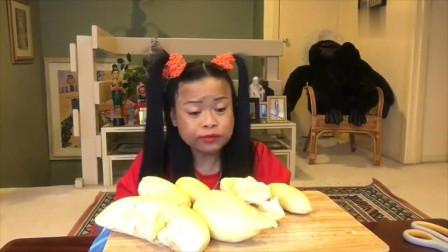 泰国大妈买的榴莲, 一看就是上等好货, 小编也想去买来吃了!