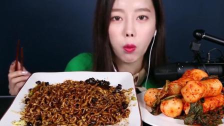 韩国美女吃腌萝卜送炸酱面, 就是说话声太小了, 大概怕吵到别人呗!