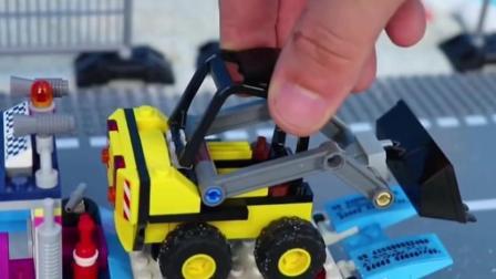工程车玩具:铲车清理沙子,拖车运输铲车出发