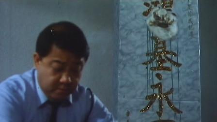男子打扫卫生,却不知背后石碑伸出一只猫掌,结果搞笑了