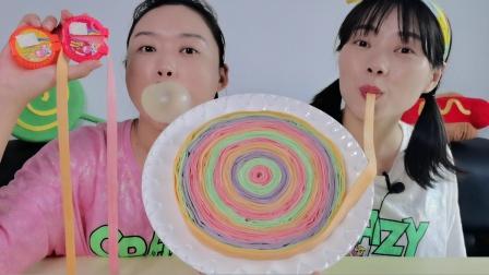 """沙雕闺蜜吃""""超大切切乐泡泡糖"""",比赛吹泡泡却被拍扁,超逗乐"""