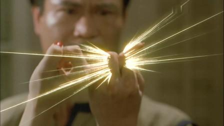 米其莲被魔胎控制,英叔抓住她的中手指,就把魔童引了出来