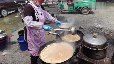 农村集市上摆地摊做小吃,每份10元加工费,这个手艺不比酒店大厨差