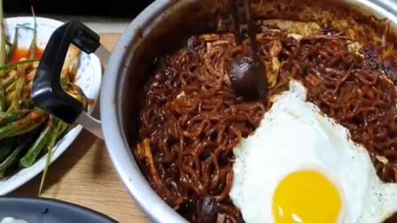 韩国大胃王吃蘑菇炸酱面,再配上香喷喷的煎饺!