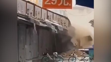 陕西咸阳突降暴雨一商场部分门面房歪斜坍塌