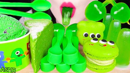 """韩国ASMR吃播:""""绿茶冰淇淋+绉纱蛋糕+可食用汤匙+马卡龙+果冻"""",听这咀嚼音,吃货欧尼吃得真馋人"""