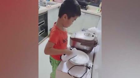 6岁儿子周末早晨敲父母房门,妈妈进厨房又惊又喜:一电饭锅蛋糕!