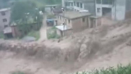 甘肃宕昌暴雨引发山洪,小车被卷走房屋地基遭冲塌