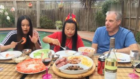 泰国大妈一家三口周末聚餐, 女儿长得很漂亮, 吃相也很斯文呢!