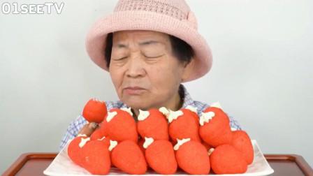 韩国老太太吃棉花糖, 细嚼慢咽的, 那表情真享受!