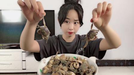 """妹子试吃""""鲜活白玉蟹"""",这真的能吃吗?咬一口全是生的!"""