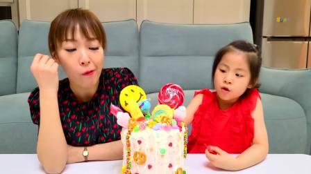 国外儿童时尚,妈妈给小萝莉制作了生日蛋糕,这蛋糕好可爱呢
