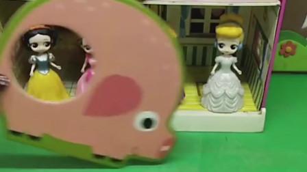 动物妈妈们找到了自己的宝宝回家了,青蛙妈妈也来找自己的宝宝,青蛙妈妈的宝宝是谁呢?
