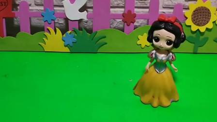 小朋友给白雪公主带来了全家福,白雪公主还给了他糖,真棒