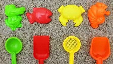 玩海洋动物沙模和彩虹铲子:鳄鱼,螃蟹,小鱼,海马儿童学习名字和颜色