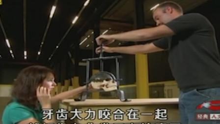 中古欧洲碎头机刑具,测试者拿人头模型做实验,结果被压得稀烂