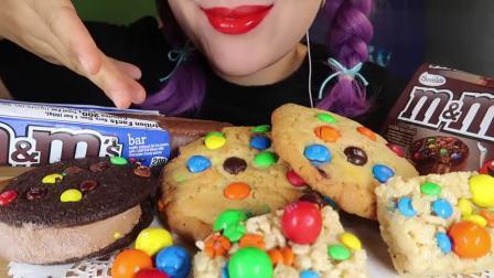 搞笑吃播姐姐:好看又好吃的巧克力豆饼干,小姐姐吃得好开心