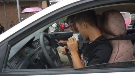 小伙驾校练车穿错鞋,上车还不会绑安全带,这瓜娃何时能考上驾照