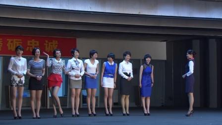 女兵们平时女汉子,第一次穿裙子路都不会走,场面让人笑出鸡叫